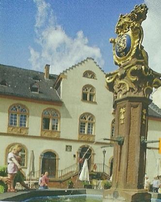 Висбаден. Фонтан у старой ратуши, старейшего здания, возведённого в 1610г.