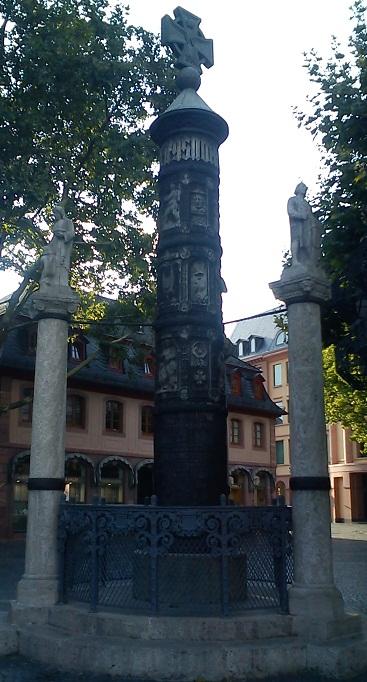 Майнц. Деревянная резная колонна.