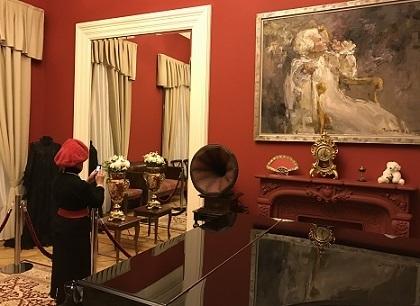 Дама в малиновом берете фотографирует себя в зеркале
