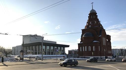Троицкая церковь и Областной академический театр драмы