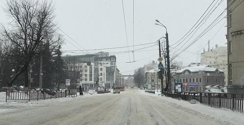 Ближе к центру. Оранжевый автобус на Варварской улице.